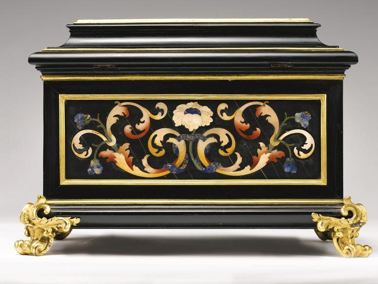 Cofanetto in commesso di pietre dure, ebano e applicazioni in bronzo dorato, Botteghe Granducali, Firenze, primo quarto del XVIII secolo A COMMESSO DI PIETRE DURE, EBONY AND GILT BRONZE MOUNTS CASKET, BOTTEGHE GRANDUCALI, FLORENCE, FIRST QUARTER OF THE 18TH CENTURY, ON THE TOP THE SANTISSIMA ANNUANZIATA ANNUNCIATION, WITH A COLLECTION PAPER LABEL WRITTEN IN INK: DUKE OF NORFOLK
