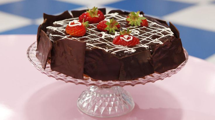 Bursdag eller selskap i helgen - denne sjokoladetrøffelkaken er perfekt til kakebordet. Kaken er basert på marengsbunn etterfulgt av ett lag sukkerbrød og trøffelfyll i mellom. Fyllet er laget av den nydelige kombinasjonen av mørk sjokolade og kaffe.    - Frøydiskaken er en kake som er oppkalt etter svigerinnen min Frøydis. Hun har nemlig laget den til familebesøk i mange år, og ble fort alles favoritt, forteller «Kakekrigen»-deltaker Anette Kvamme til Godt.     Bergensjenta er en av flere…