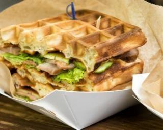 Gaufres salées en sandwich au poulet et aux crudités : http://www.fourchette-et-bikini.fr/recettes/recettes-minceur/gaufres-salees-en-sandwich-au-poulet-et-aux-crudites.html