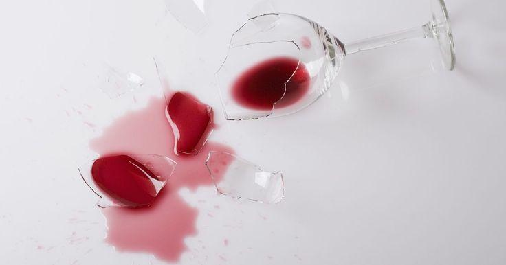 Guía para eliminar una mancha de vino tinto en la madera. El vino tinto podría ser un complemento perfecto para tu cena pero la bebida puede manchar fácilmente los pisos y muebles de madera. Por suerte, la mayoría de los pisos y muebles tienen un acabado y han sido sellados para que repelan las manchas. Sin embargo, es posible que no puedas quitar las manchas lo suficientemente rápido y el alcohol en el ...