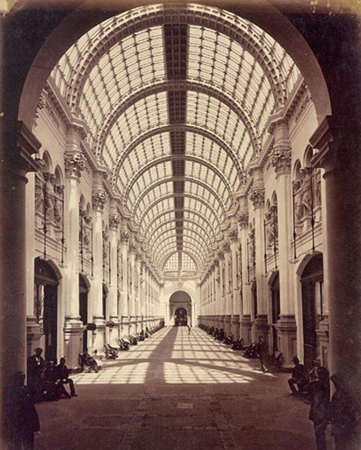 """""""La elegante y desaparecida Galería San Carlos alrededor de 1880.  Ubicada atrás del Portal McClure en la Plaza de Armas, donde hoy se encuentra el Pasaje…"""""""