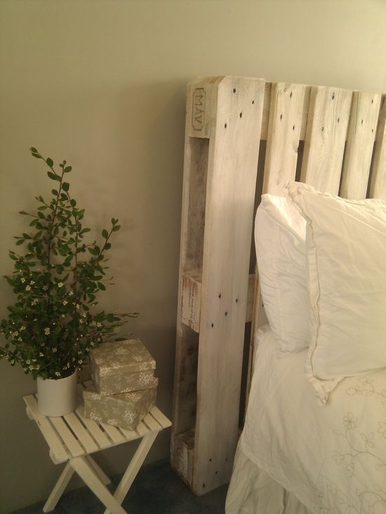 White washed headboard diy white washed pallet for Easy to make headboard ideas