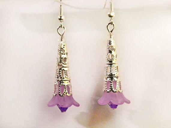 Orecchini pendenti con fiore acrilico e perline di AlpegFactory