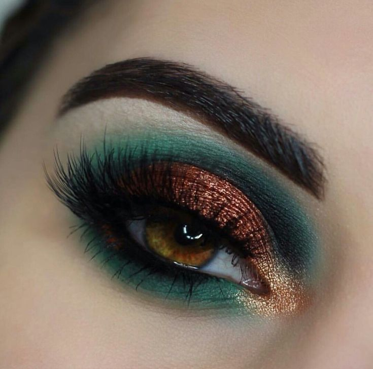 Teal and copper eyeshadow look by @emilyann_mua on instagram.