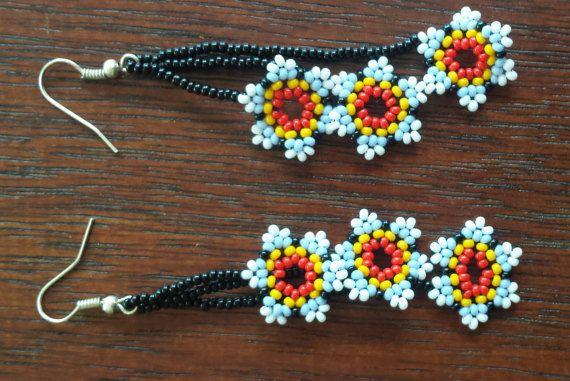 3 flores hechas a mano aretes Huichol por CualtzinCihuatl en Etsy