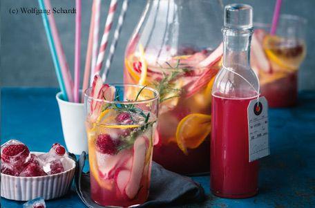 Rhabarberbowle mit Früchteeiswürfeln und Orangenscheiben