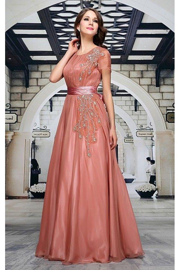 Společenské šaty Graziella Luxusní šaty vhodné na plesy (např. pro slečny maturantky, ale i jejich maminky), večírky a jiné společenské události, které zajistí, že budete ozdobou každé akce. Dlouhé plesové šaty v úžasné starorůžové barvě, krátký šifonový rukávek, řasený živůtek, řasení také v pase v podobě saténové stuhy a mašle na zadní části (lze odepnout). Na přední části našitá aplikace v podobě třpytivých kamenů, sukně se skládá z více vrstev, takže dobře drží tvar (spodní lesklá…