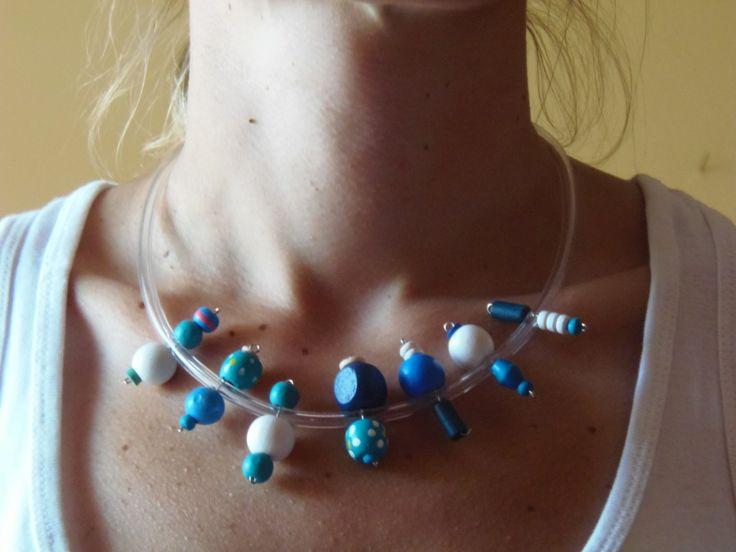 (24) κολιέ από ξύλινες χάντρες σε γαλάζιο, μπλε και λευκό