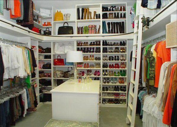 Lovely Eine typische Eigenschaft einer Boutique ist die sch ne attraktive Kleidung die zur Schau gestellt ist Begehbarer Kleiderschrank planen Ordnungssysteme