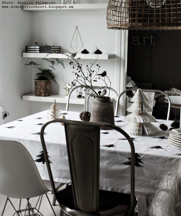 diy duk, julpyssel, svart och vitt, svartvit duk till julbordet, svarta granar på vitt tyg, panduro, textilfärg, inredningsblogg, inredning,