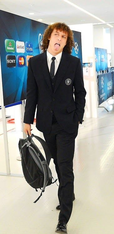 Ladies and gentlemen, I present to you the classiest football player in the world, Monsieur David Luiz =D