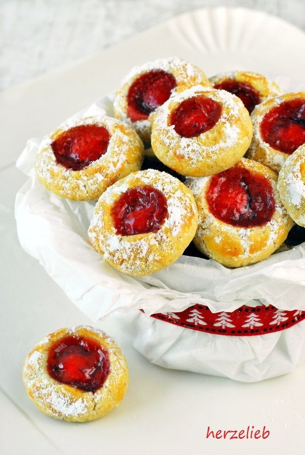 """Husarenkrapfen sind auch unter dem Namen Engelsaugen bekannt. Es gibt unzählige Rezepte für diese Weihnachtsplätzchen. Sie werden mit einer roten Marmelade gefüllt, das gibt dem Keks einen fruchtigen Geschmack. Ich backe diese Plätzchen mit Stärke, weil sie dann noch zartdser … <a href=""""http://herzelieb.de/husarenkrapfen/"""">Weiterlesen</a>"""