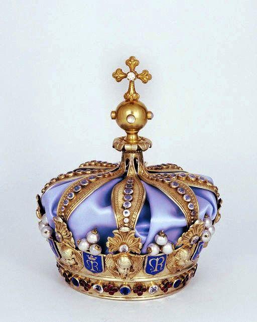 couronne de Notre Dame de Rumengol. Finistère. bretagne.Elle est en argent, doré (Vermeil) ciselée, émaillée avec perles, diamants, émeraudes, rubis, cornalines, opales, turquoises et améthystes.