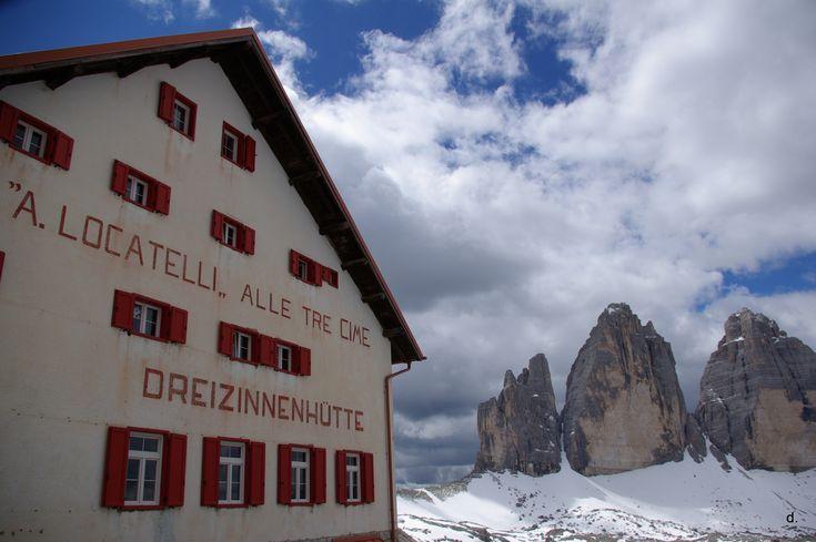 Alle Tre Cime le nuvole passano veloci sopra i colossi delle Dolomiti e accarezzano le Tre Cime di Lavaredo - Concorso fotografico: Concorso fotografico Cieli d'Italia