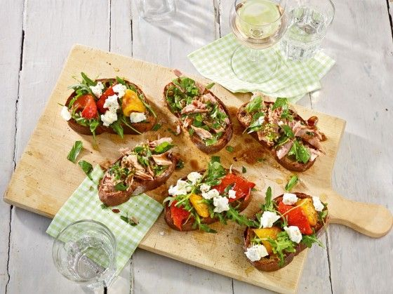 Zweierlei Bruschetta: Ein toller, italienischer Starter mit Thunfisch-Kapern-Salat und Paprika-Ziegenkäse.