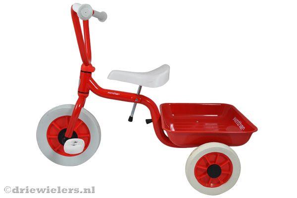 Rode driewieler met stoere wit-accenten.
