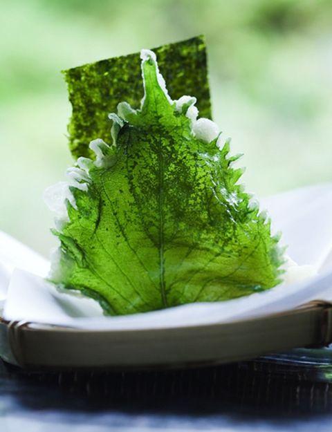 Aquí tienes las siete algas más conocidas, utilizadas y fáciles de encontrar. Wakame. De textura ligera y sabor neutro, es muy rica en calcio y potasio. Ideal para combina con legumbres, ya que ablanda sus fibras. Dulse. Rica en hierro, potasio, fósforo, yodo, magnesio y proteínas, es recomendable para embarazadas, adolescentes y en casos de anemia. Arame. Tiene un alto contenido en manitol, calcio, yodo y fibra, combate la hipertensión y los problemas femeninos. Kombu. Rica en ácido a...