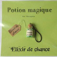 Porte-clé potion magique : elixir de chance contenu dans une fiole en verre remplie de paillettes vertes