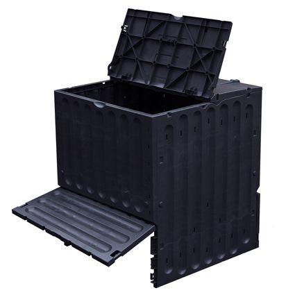 Met deze compostbak kunt u het hele jaar door composteren. De compostbak heeft twee grote vuldeksels en is voorzien van een stabiele deksel. Deze composteur heeft geen bodem omdat contact met de grond belangrijk is. Dit zorgt ervoor dat er vanaf de bodem zuurstof en bodemorganismen bij de inhoud van de bak kunnen komen, zodat het composteringsproces versneld wordt.