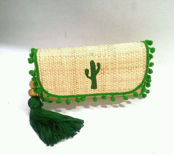 Clutches de palha, feitas a mão, toda customizada com muito estilo e bom gosto.  Ideal para aquele look de final de semana.