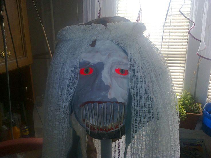 silikonová maska(sanitární silikon)zuby z rybích kostí,oči plexisklo a odrazová folie + panenka fosforující barva
