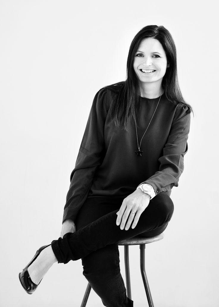 Mette Mølbak er journalist og forfatter. Hun er ansat som madredaktør på ALT for damerne og har hele sit voksenliv haft en stor passion for både at lave, spise og skrive om mad. Mad til 2 dage er hendes første kogebog.