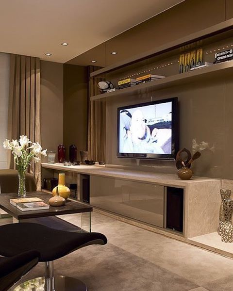 Painel de TV em cor fendi +espelho bronze #interior #design #paineltv #espelhobronze #saladetv#iluminação #architecture