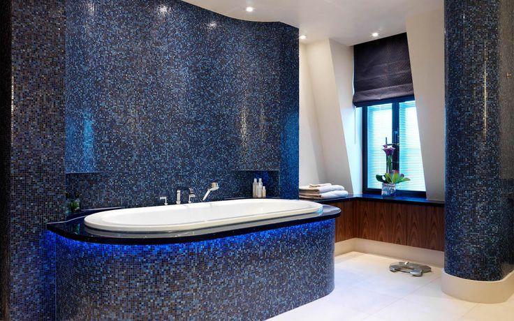 Встроенная овальная ванна с современным смесителем на борту ванны #синяя_ванная_комната #встроенная_ванна #смеситель_на_борт_ванны #дизайн_ванной_комнаты
