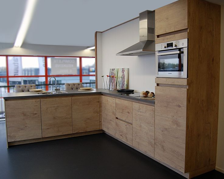 Complete keuken inclusief koeler met vriesvak, combi magnetron, vaatwasser, inductiekookplaat, wandschouw afzuiger, keuken mengkraan en spoelbak.  Mogelijk in uw gewenste opstelling, afmeting en kleur!