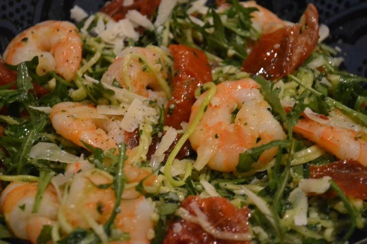 Spagetti van courgette met pesto, gamba's en parmaham