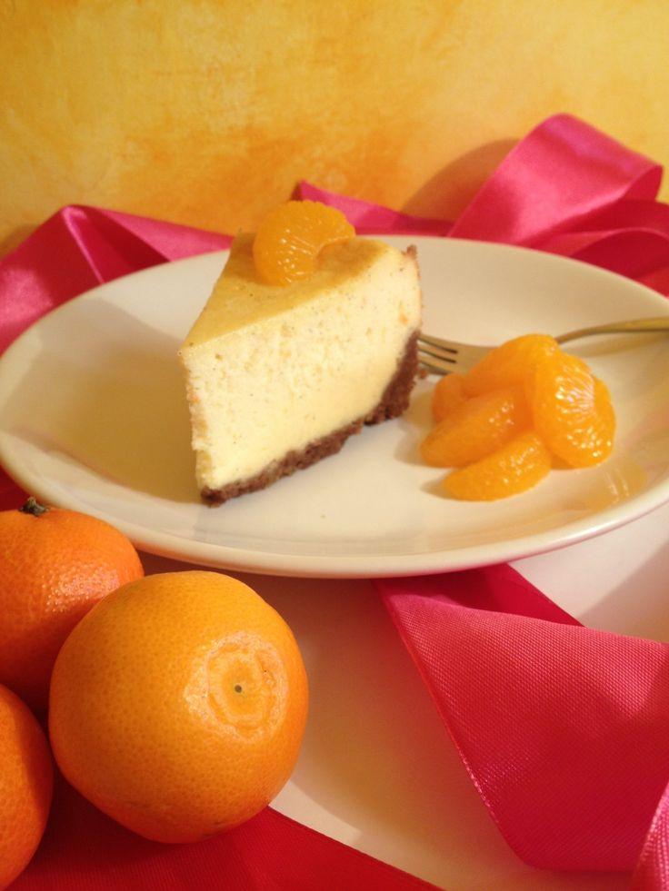 Ultimate karácsonyi, ünnepi torta. Egyszerűségében is szép, ahogy a kis mandarinhéjak és vaníliamagok kikukucskálnak belőle. Nem utolsó sorban...