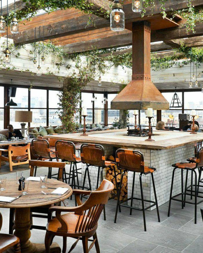 tabouret design de style rétro-chic en bois, plafond avec plantes vertes