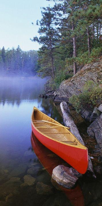 Ein Kanu paddeln im Algonquin Park ist das klassische kanadische Abenteuer.