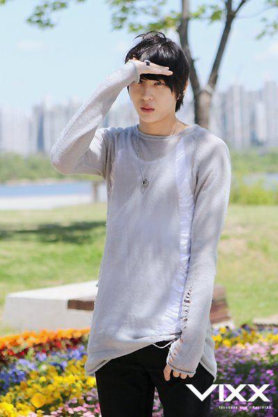 Long-sleeved shirts make people ten times cuter. <3