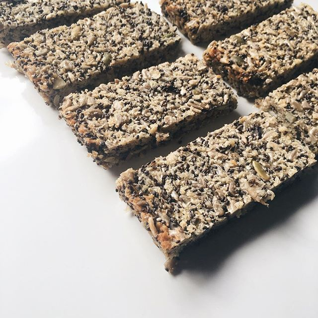 Super easy Seed bars! Healthy alternative to your child's lunchbox. Dairy free, egg free, nut free, gluten free #SUMrecipeoftheday