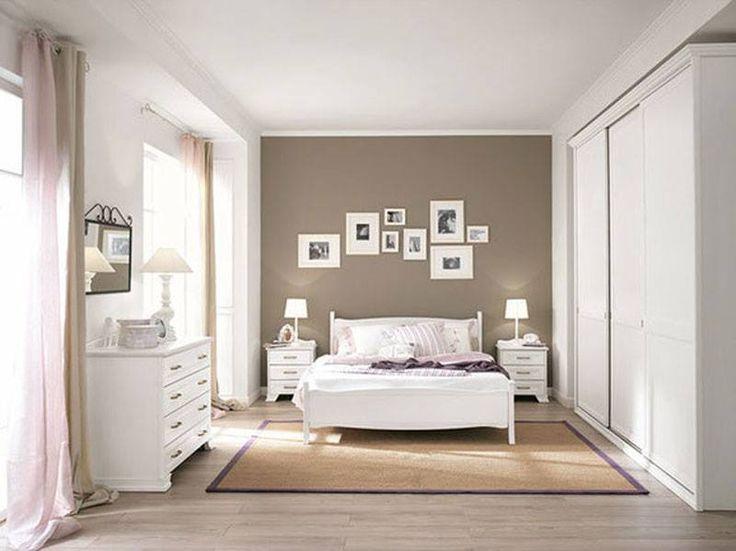 Esto es mi dormitorio, es bastante grande y muy luminoso porque hay dos grandes ventanas a la izquierda de la habitación. En el centro, entre dos mesillas de noche, hay una cama matrimonial de madera blanca con las sábanas blancas y varias almohadas. En la pared, de color marrón, he colgado varios cuadros de forma diferente. A la derecha hay un grande armario blanco para poner mi ropa. Además, sobre el suelo hay también una alfombra.
