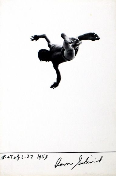 y Aaron Siskind  'Pleasures and Terrors of Levitation' n. 37, 1953. Gelatin silver print. / src: howard greenberg  un regard oblique