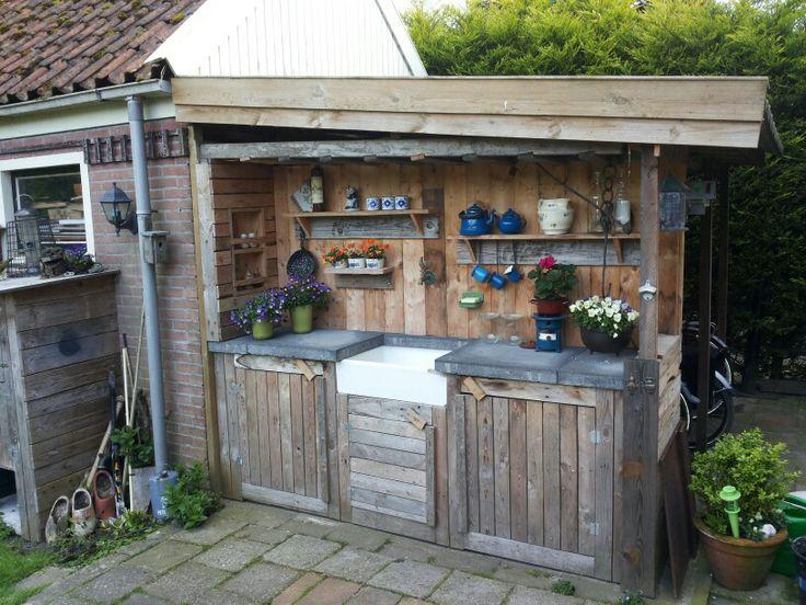 Buiten keuken van pallet hout