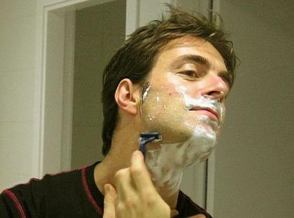 Kevin Johansen shaving.