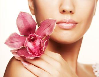 KOSMETIIKKA Olen kosmetologi ja kiinnostunut kosmetiikasta. Tunnen niin selektiivisen, semiselektiivisen sekä apteekkikosmetiikan ja aikaisemmassa työssäni olen erikoistunut ihonhoidon ohjaamiseen sekä asiakkaiden ongelmien ratkaisuun.