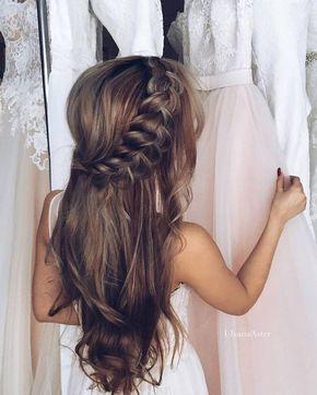 Cabelo meio solto meio com traça de lado, penteado ideal para um casamento na praia ou durante o dia.