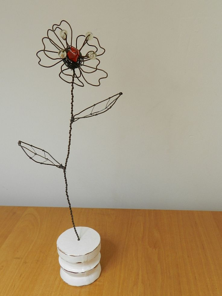 Kwiat zrobiony z drutu. Efekt warsztatów w http://www.pracowniakreatywnosci.pl