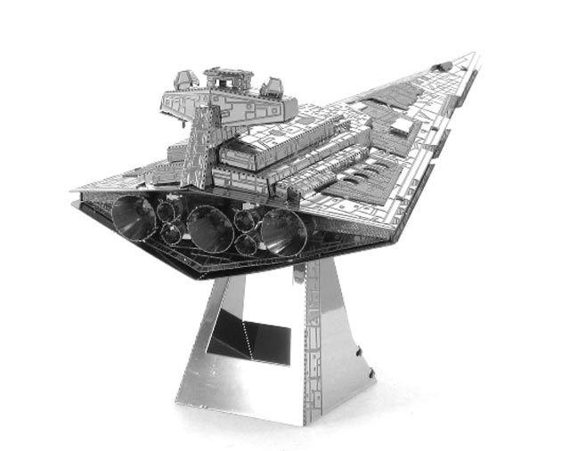 Modellino in Metallo 3D - Imperial Star Destroyer Si tratta di un modello 3D altamente dettagliato delle Forze Imperiali noto per aver attaccato la nave della principessa Leila. Prodotto su Licenza ufficiale dalla LucasFilm questo incredibile e dettagliato modellino parte da due lamiere di metallo tagliato al laser, per terminare in un sorprendente modello in 3D. Basta seguire le facili istruzioni di montaggio e ripiegare i pezzi collegandoli ai punti di fissaggio. #MetalHeart3D