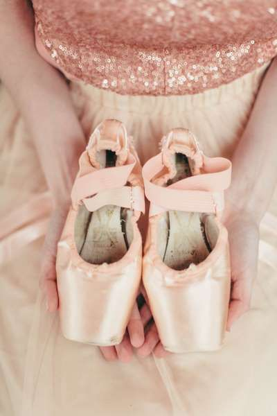 Simply Put Vintage // Jordan Maunder Photography // The Lovely Find View More: http://www.thelovelyfind.com/ballerina-blush-gold-wedding-inspiration/