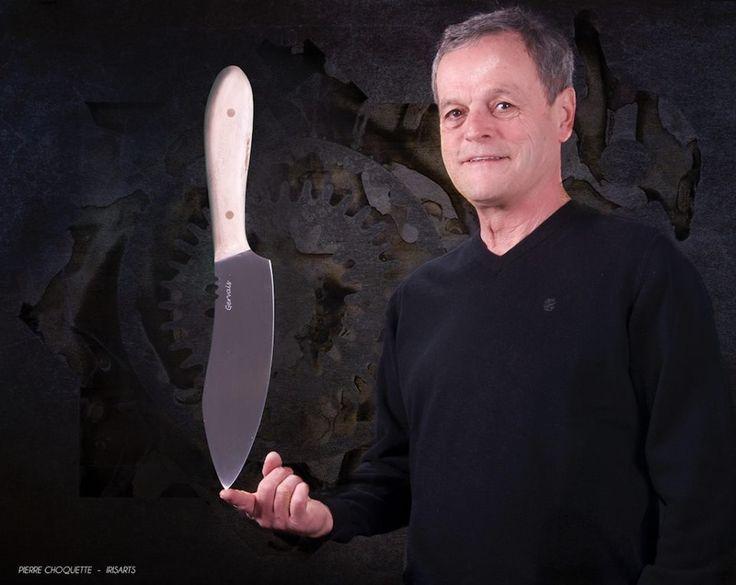Jocelyn Gervais est un artiste autodidacte et un passionné de coutellerie. Après avoir travaillé le bois, fait et restauré des meubles, il se tourne vers les métaux suite à une proposition de recherche. Depuis, il fabrique toutes sortes de couteaux et perfectionne sans cesse son art. Sa maîtrise de différentes techniques l'amène à intégrer différents matériaux à ses réalisations. http://www.atelierpasseletemps.net/
