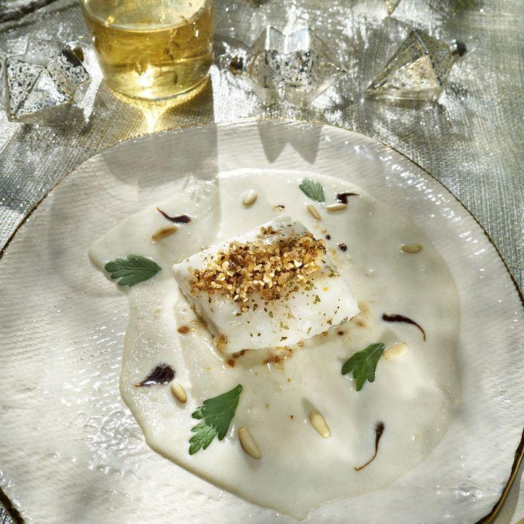 Descubre como preparar paso a paso la receta de Lomo de merluza sobre crema de ajoblanco. Te contamos los trucos para que triunfes en la cocina con Pescados para chuparse los dedos