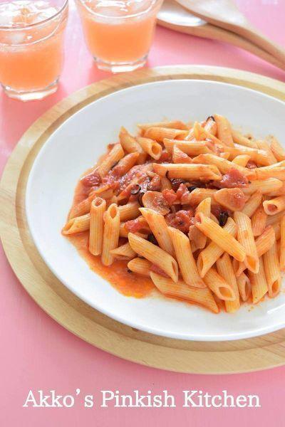 ペンネアラビアータは手軽に作れるパスタメニューのひとつですが、トマト缶を投入する時の油ハネが気になる・・・。イタリアンレストランの厨房ではない家庭のキッチンにおいて、油ハネを避けて安全に気持ちよく作る主婦ならではの方法でペンネアラビアータを楽しむ方法です♪