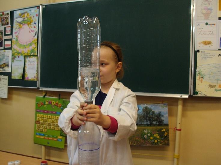 Tornado w butelce  Bardzo efektowne doświadczenie! Potrzebne są dwie butelki plastikowe, dwie nakrętki z wyciętymi otworami, połączone ze sobą taśmą klejącą i woda.
