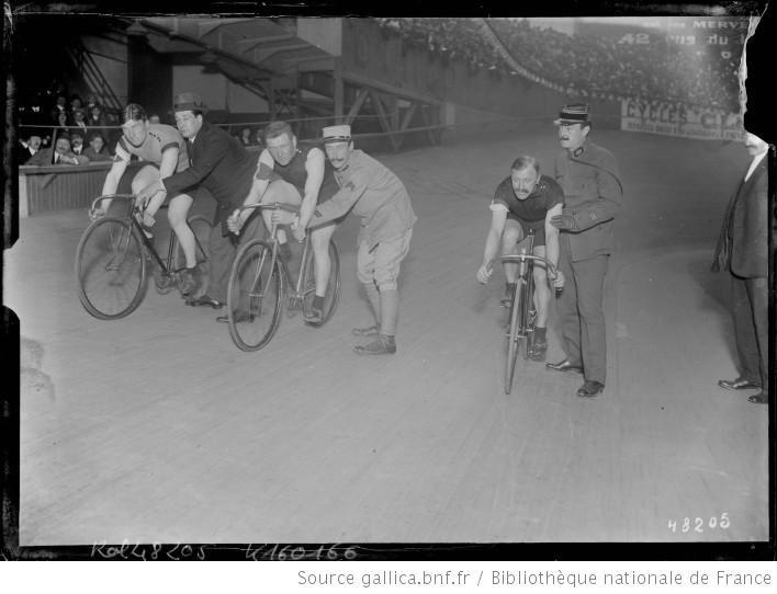 [Départ d'une course cycliste au Vélodrome d'Hiver le 5 novembre 1916] : [photographie de presse] / [Agence Rol] - 1