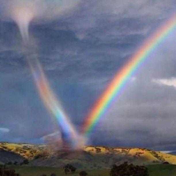 Un arco iris doble, hermoso efecto natural.